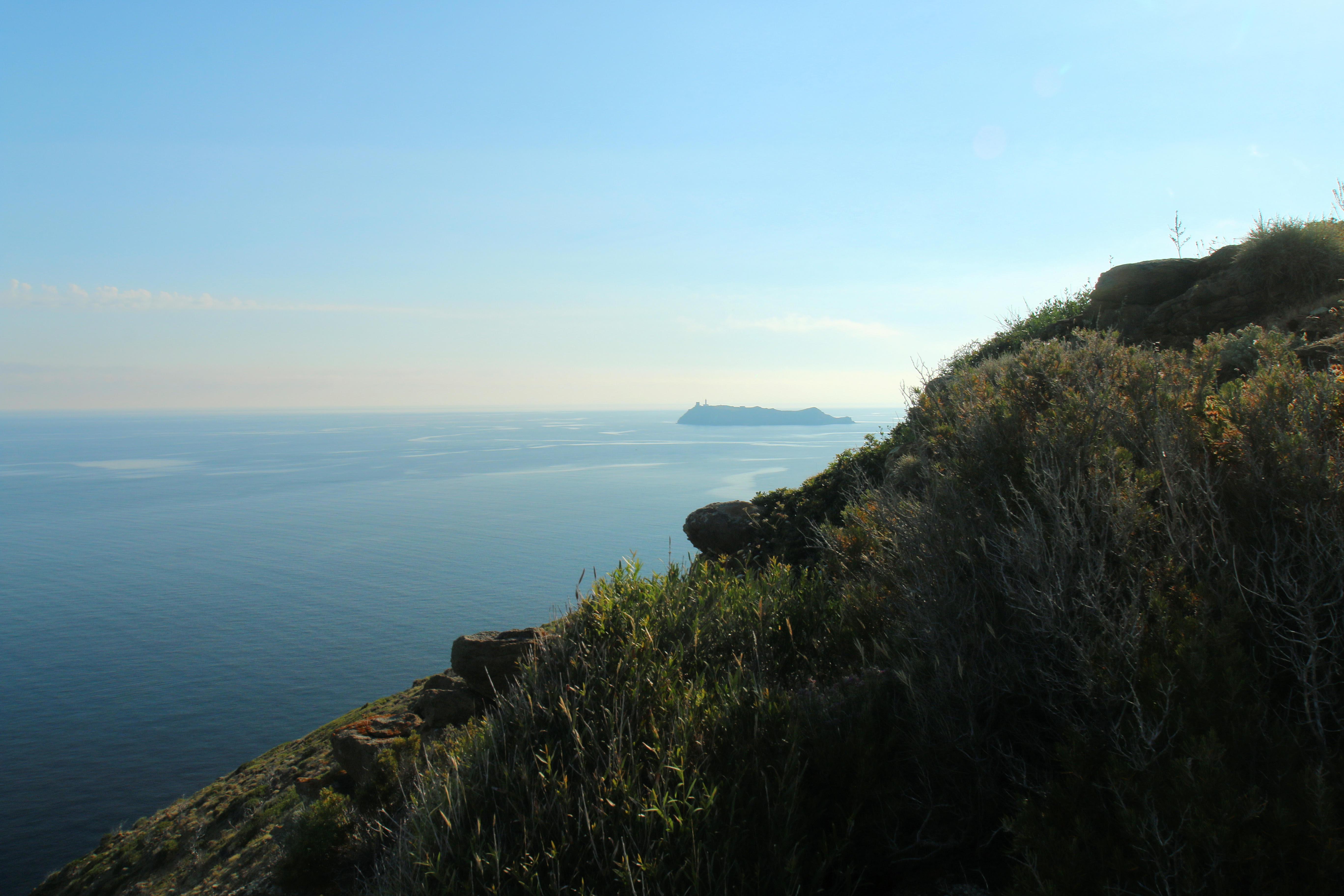 Au large de la pointe du Cap Corse, la Giraglia (Hyacinthe Sambroni)
