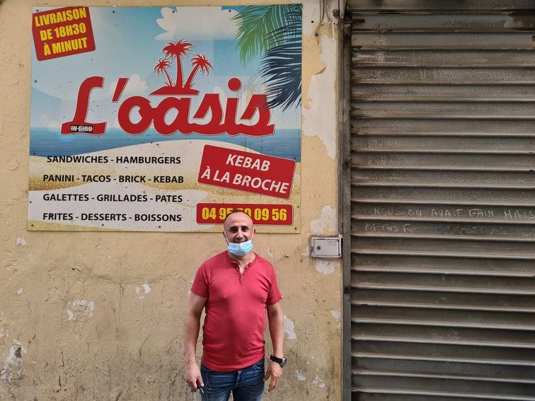 Nabil Ourarhi devant son commerce. Crédits Photo : Pierre-Manuel Pescetti