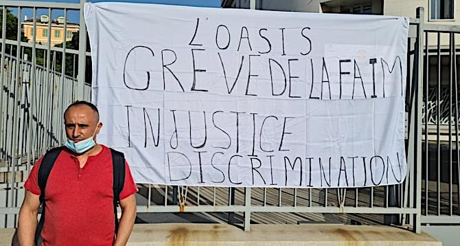 Nabil Ourarhi a tenté d'attirer l'attention sur sa situation ce mercredi 23 juin dès 8 heures du matin. Crédits Photo : Pierre-Manuel Pescetti