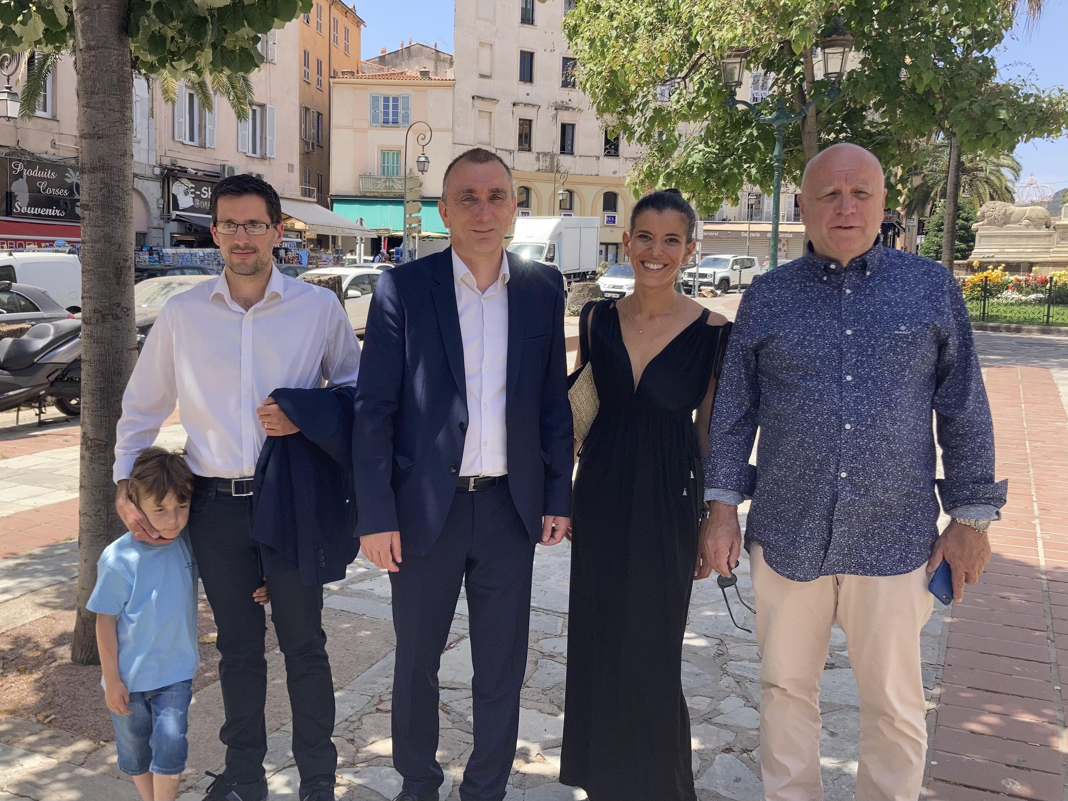«Avanzemu pè a Corsica» a présenté sa démarche ce mercredi 23 juin devant la mairie d'Ajaccio. Photo : Julia Sereni