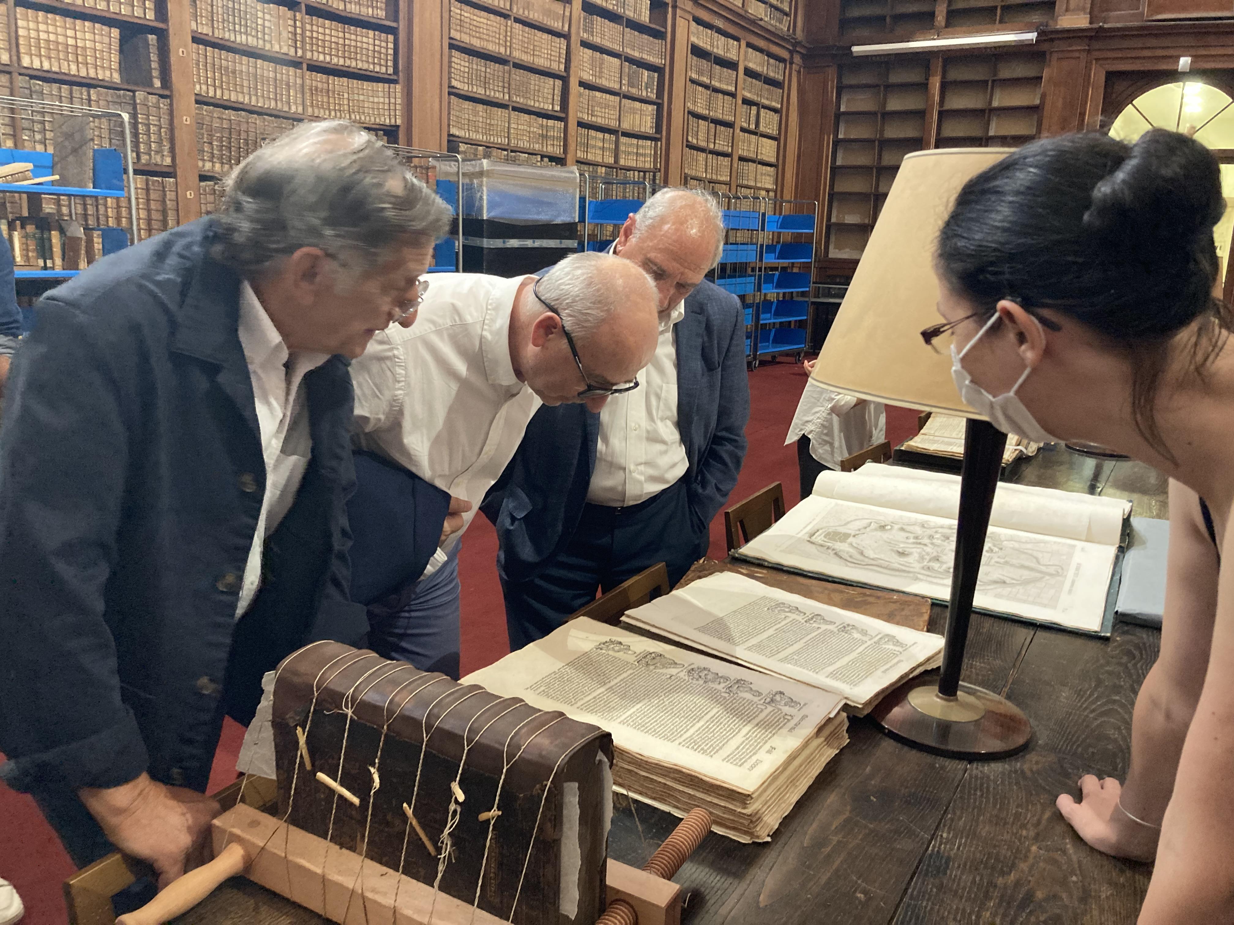 Les chefs d'entreprise insulaires découvrent l'ouvrage à restaurer, La Chronique de Nuremberg. Photo : Julia Sereni
