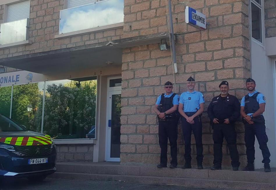 Le vice-brigadier Federico Siciliano entouré par les gendarmes de la Brigade Territoriale de Contact de Piana