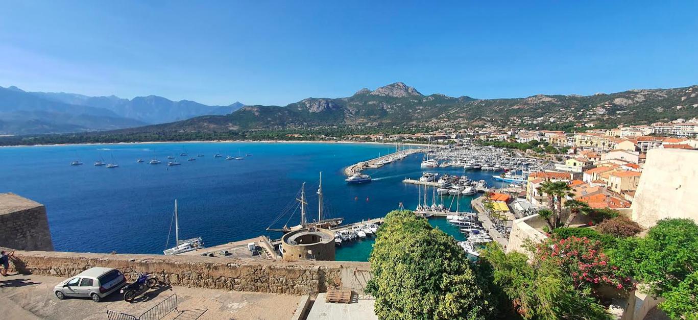 Capu di a Veta au loin et une partie du port de Calvi. Phoro Eric Friulani