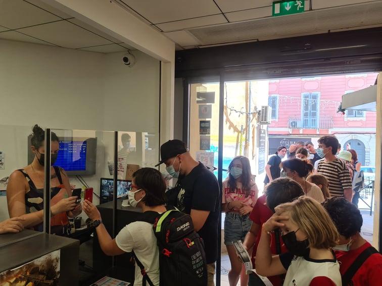 L'embouteillage se crée devant le cinéma en attendant de vérifier le pass sanitaire non valide des premiers clients. Crédits Photo : Pierre-Manuel Pescetti