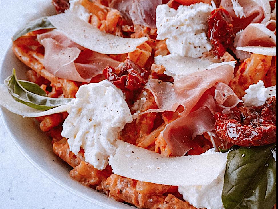 A table : Casarecce, tomates séchées, ricotta, jambon de Parme et basilic, avec la petite cuisine de Marie