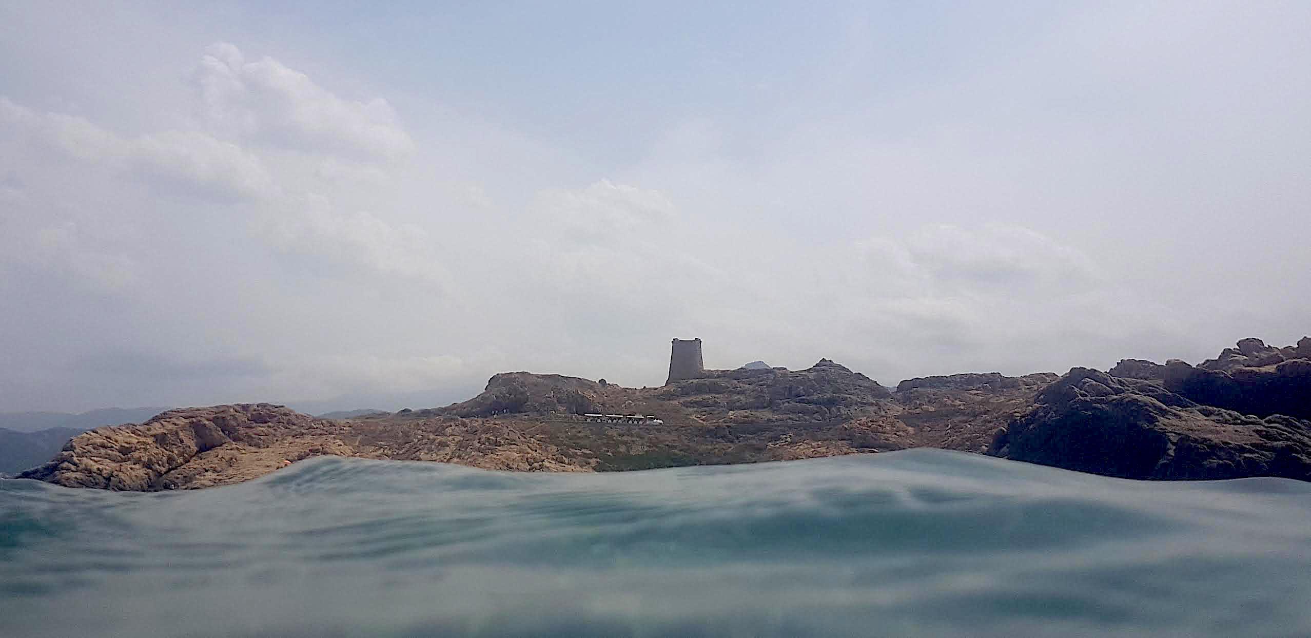 La photo du jour : au-dessus des flots, le phare de la Pietra, le petit train