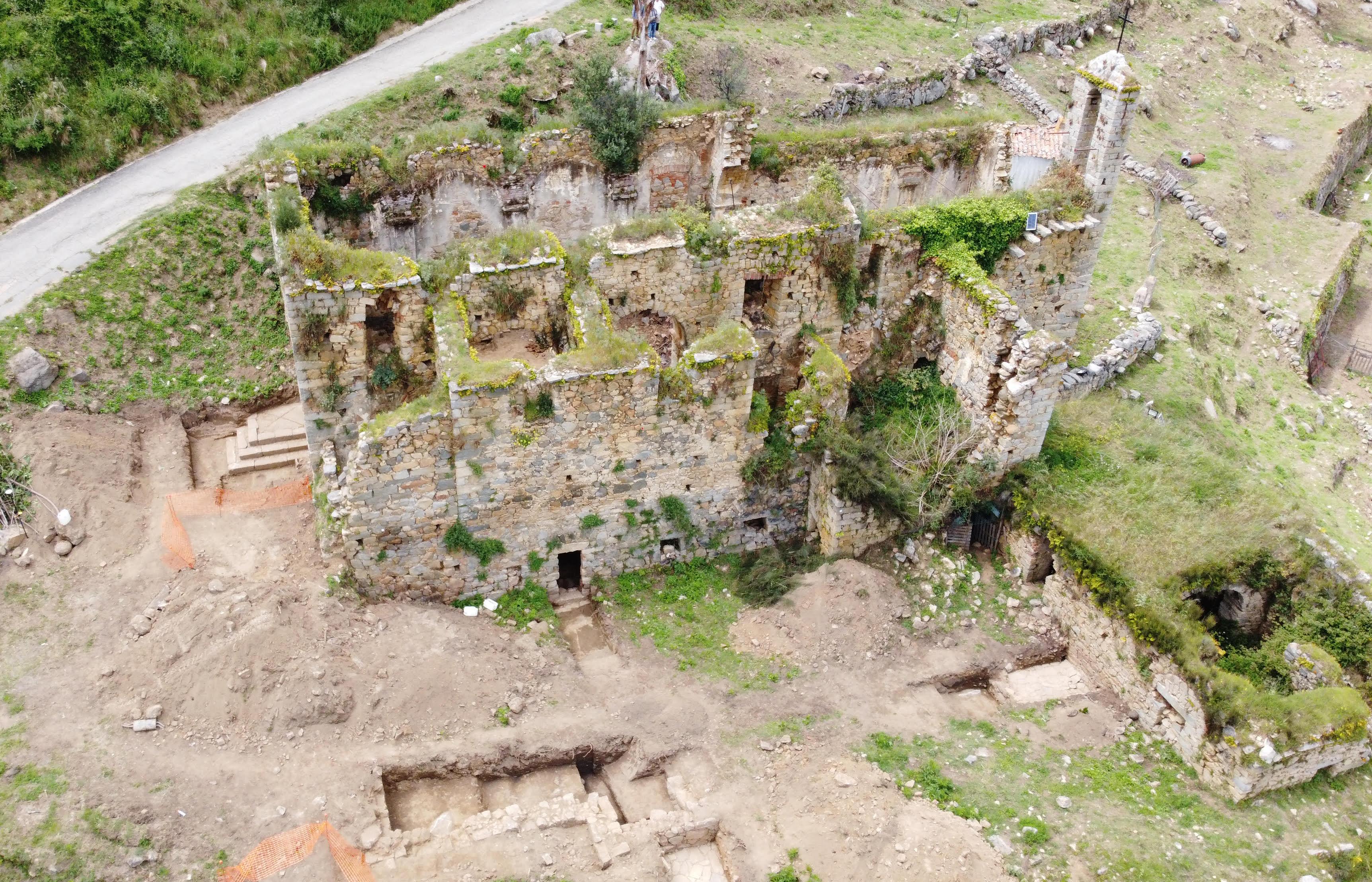 Photographie aérienne du couvent d'Olmeto et des tranchées réalisées au cours du diagnostic mené par l'Inrap . © Mairie d'Olmeto