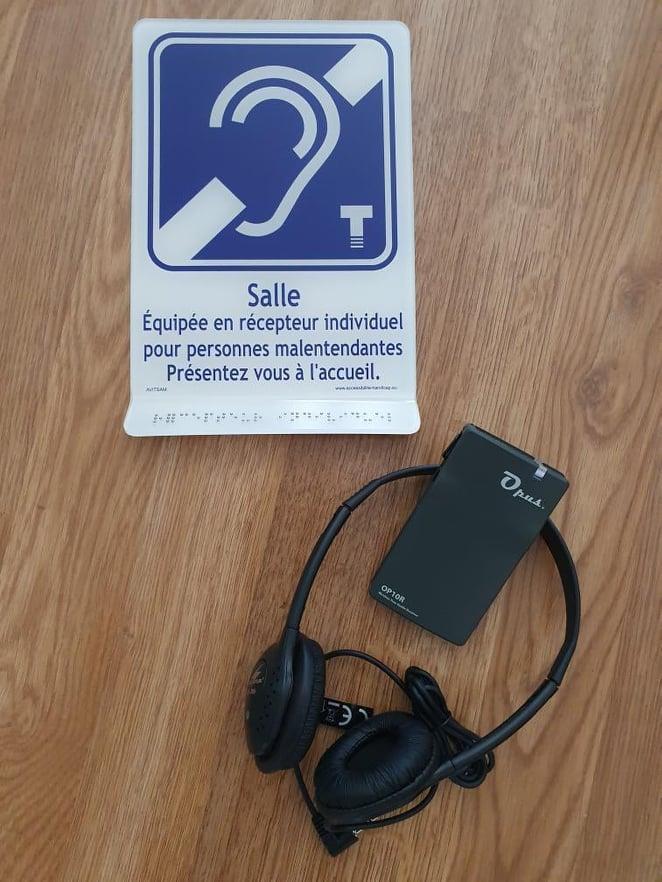 Le système est simple et nécessite d'être branché sur un équipement de sonorisation. Crédits Photo : Association Hors Norme