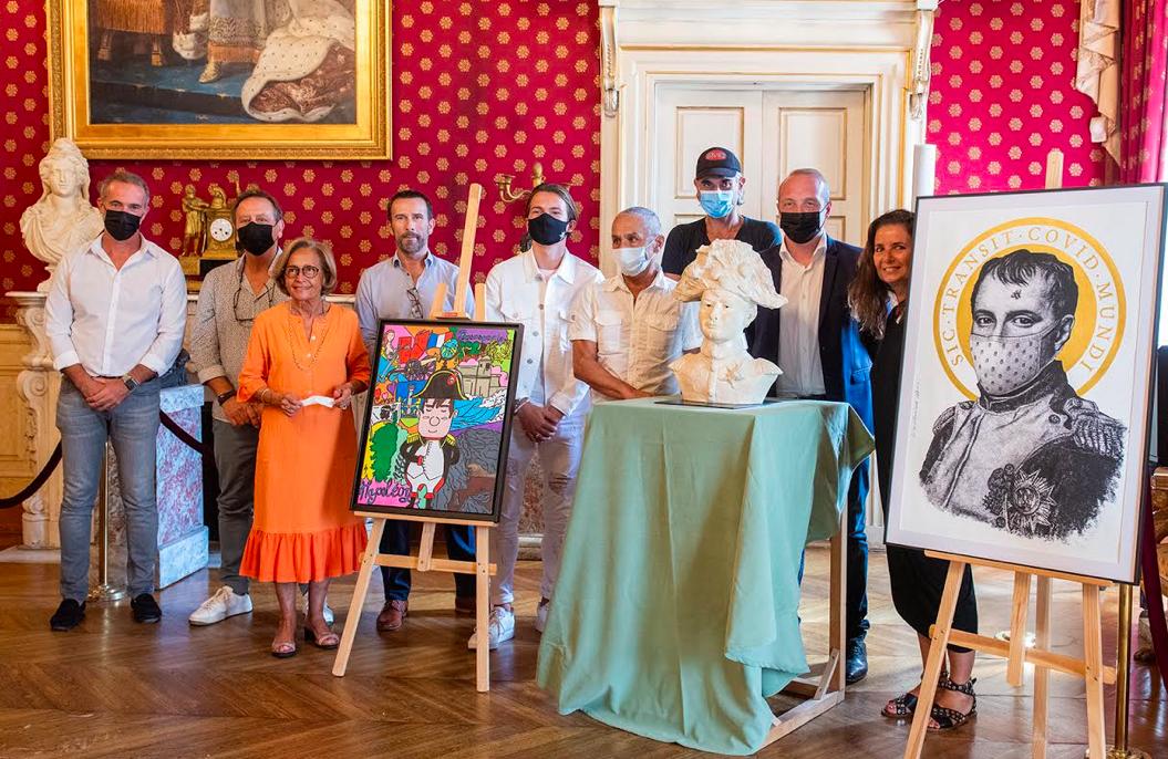 Laurent Marcangeli, maire d'Ajaccio et président de la CAPA accompagné de Simone Guerrini, adjointe à la culture et au patrimoine sont entourés de Pierre Farel, de Michel Biancamaria, directeur régional de la Méridionale et des gagnants du concours « Dépeins-moi Napoléon »
