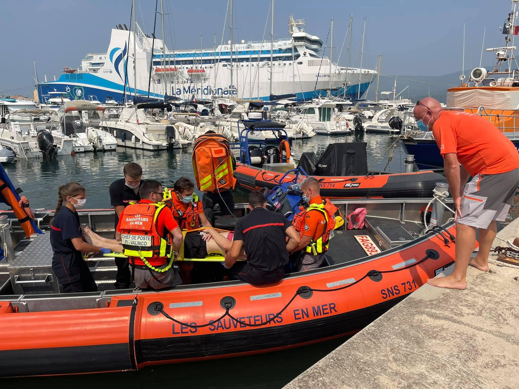 Les pompiers de Propriano récupèrent la victime au port de Propriano. Crédits Photo : SNSM Propriano