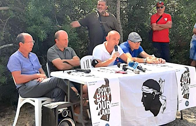 Les membres de Core in fronte ont tenu une conférence de presse sur le terrain concerné ce jeudi 19 août. Crédits Photo : Core in fronte