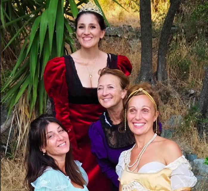 Lauriane Goyet, Letizia Damiani, Marie-Paule Franceschetti et Maryline Leonetti sont les sœurs et la mère de Napoléon Bonaparte