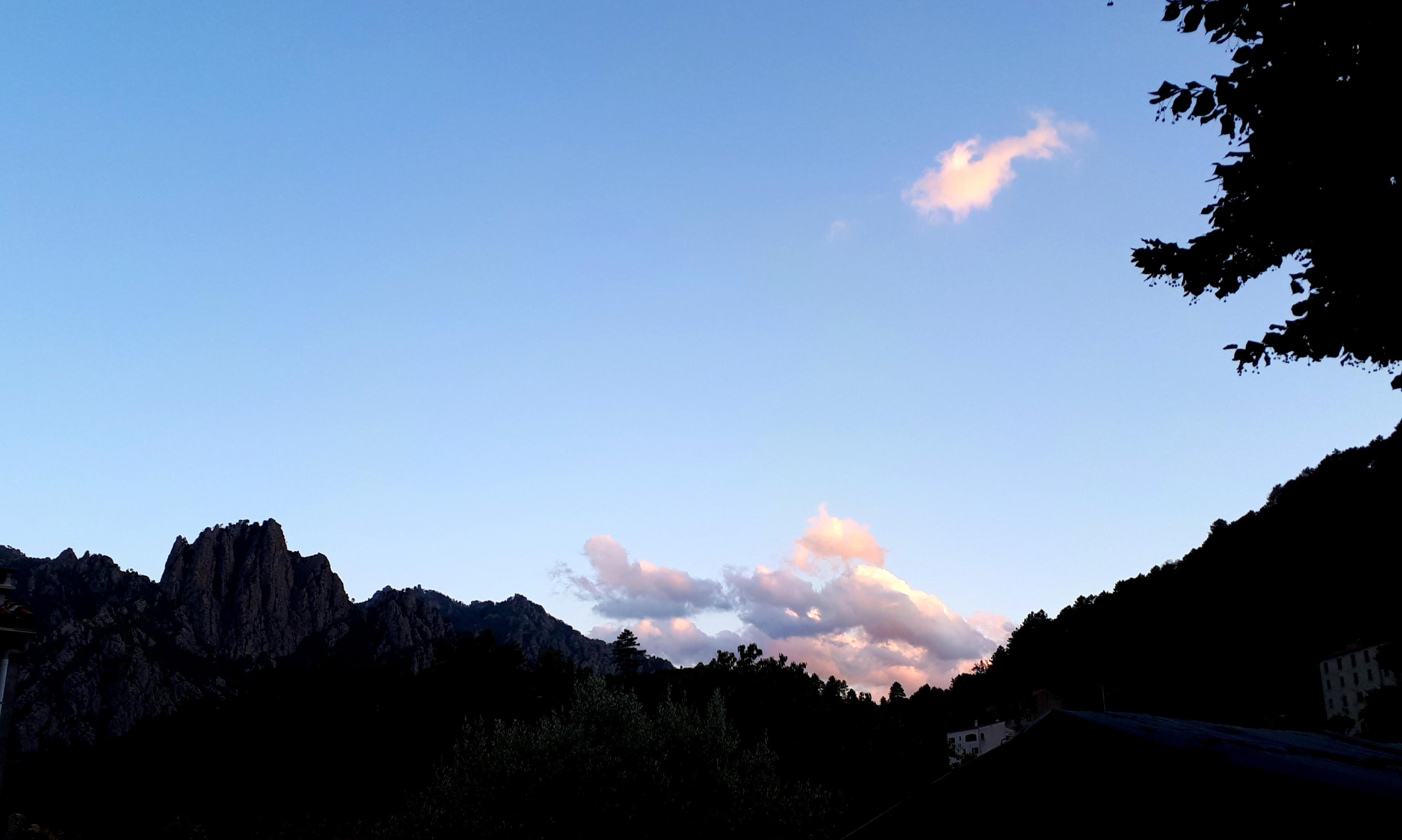 Depuis Ghisoni, vue sur un coucher de soleil vers le col de Verde, avec au premier plan le Kyrie Eleïson dominant le village. (R. Ottavi)