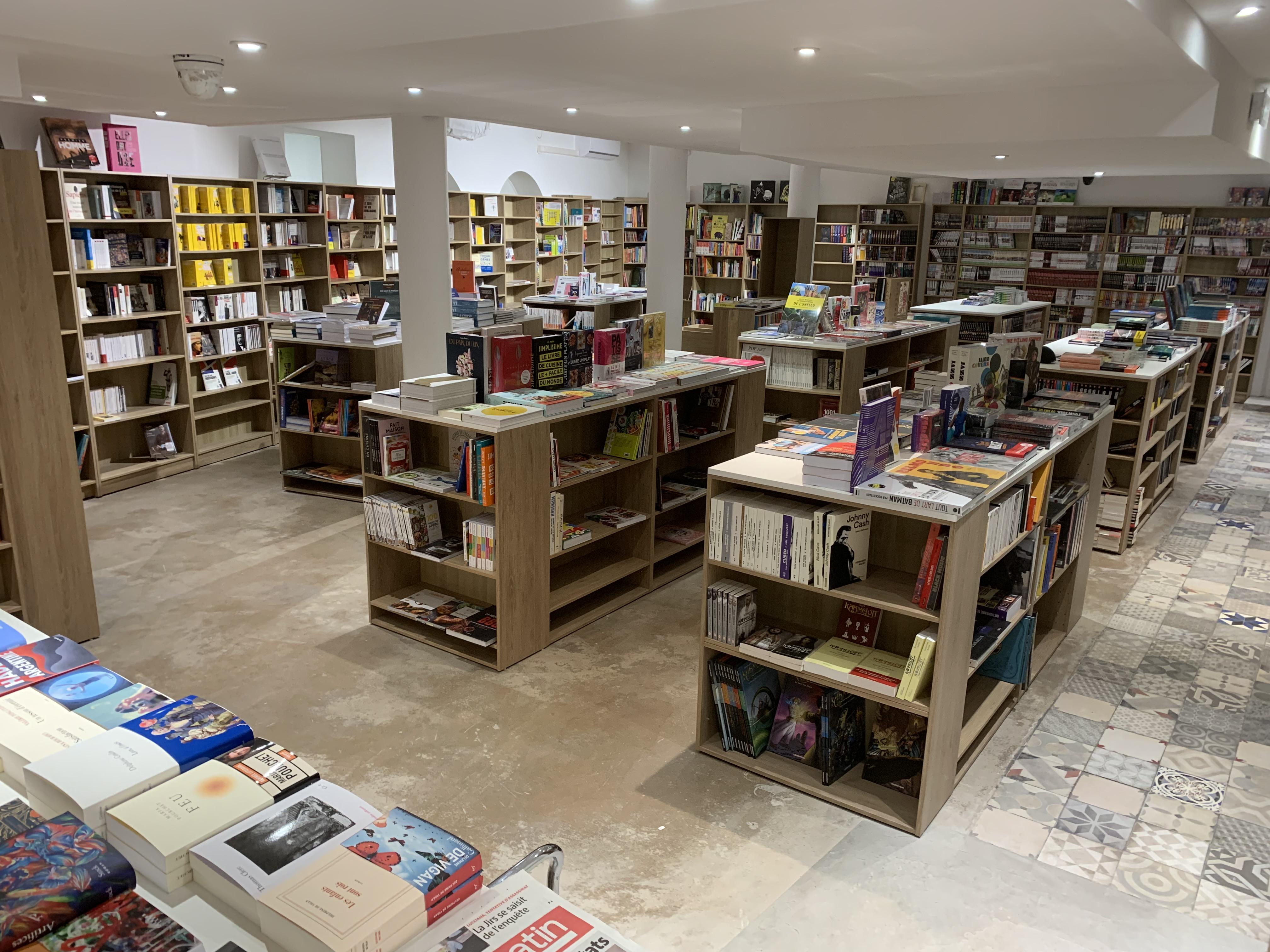 Déjà 10 000 réferences dans les diiférents rayons de la librairie.