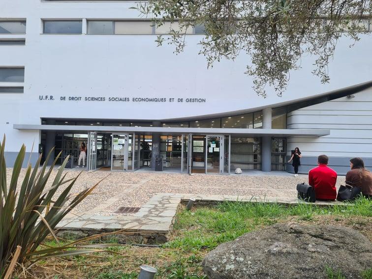 13 heure 55 ce vendredi 10 septembre, la majorité des étudiants est en cours, le reste flâne sur le parvis de la faculté de droit. Crédits Photo : Pierre-Manuel Pescetti