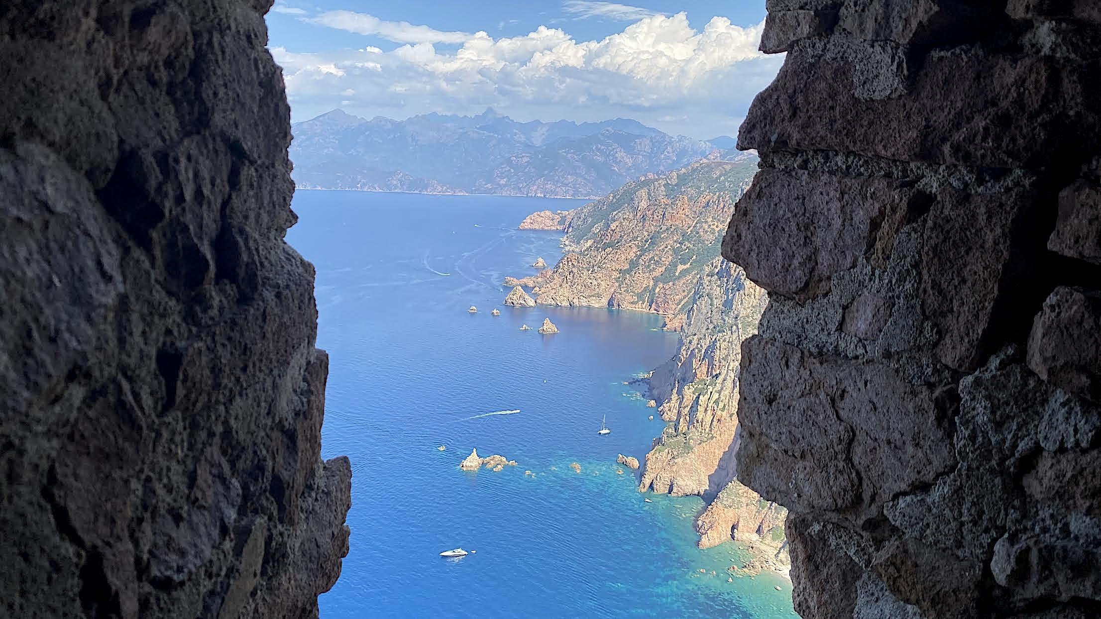 La photo du jour : la tour de Turghiu et Capu Rossu