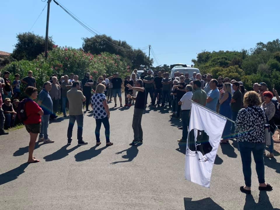 La mobilisation devant le portail du domaine Masurel. Photo Facebook Xavier Lorenzi.