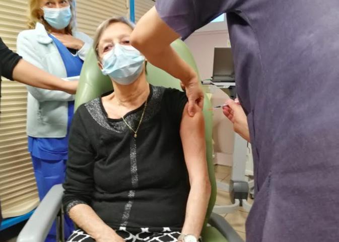 La première résidente d'un Ehpad bastiais qui a reçu le vaccin mercredi 6 janvier. Photo P-M Pescetti