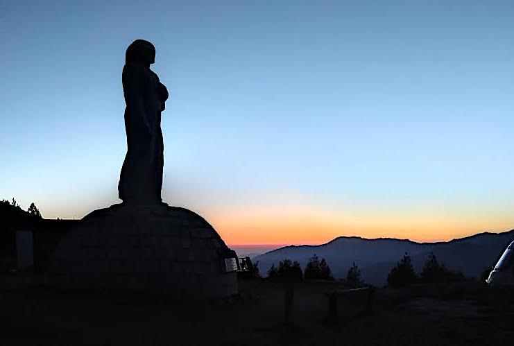La photo du jour : lever de soleil sur le Christ-Roi du col de Vergio...