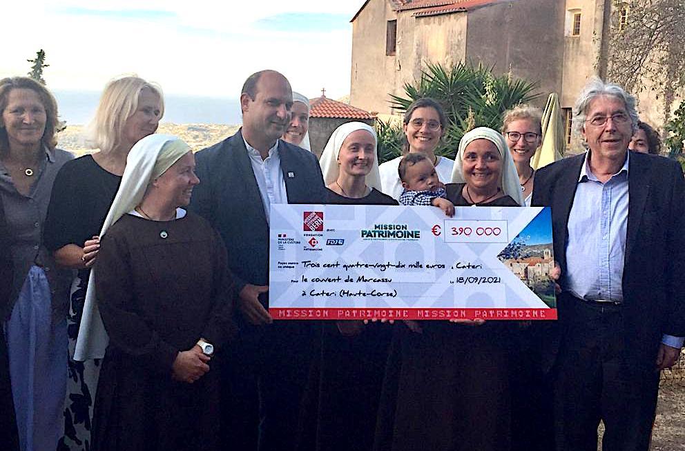 René Lota (à droite) a remis la dotation aux Les sœurs de la congrégation du Rosier de l'Annonciation en présence du maire de I Cateri  Dominique Andreani (Photo J.-B. R)