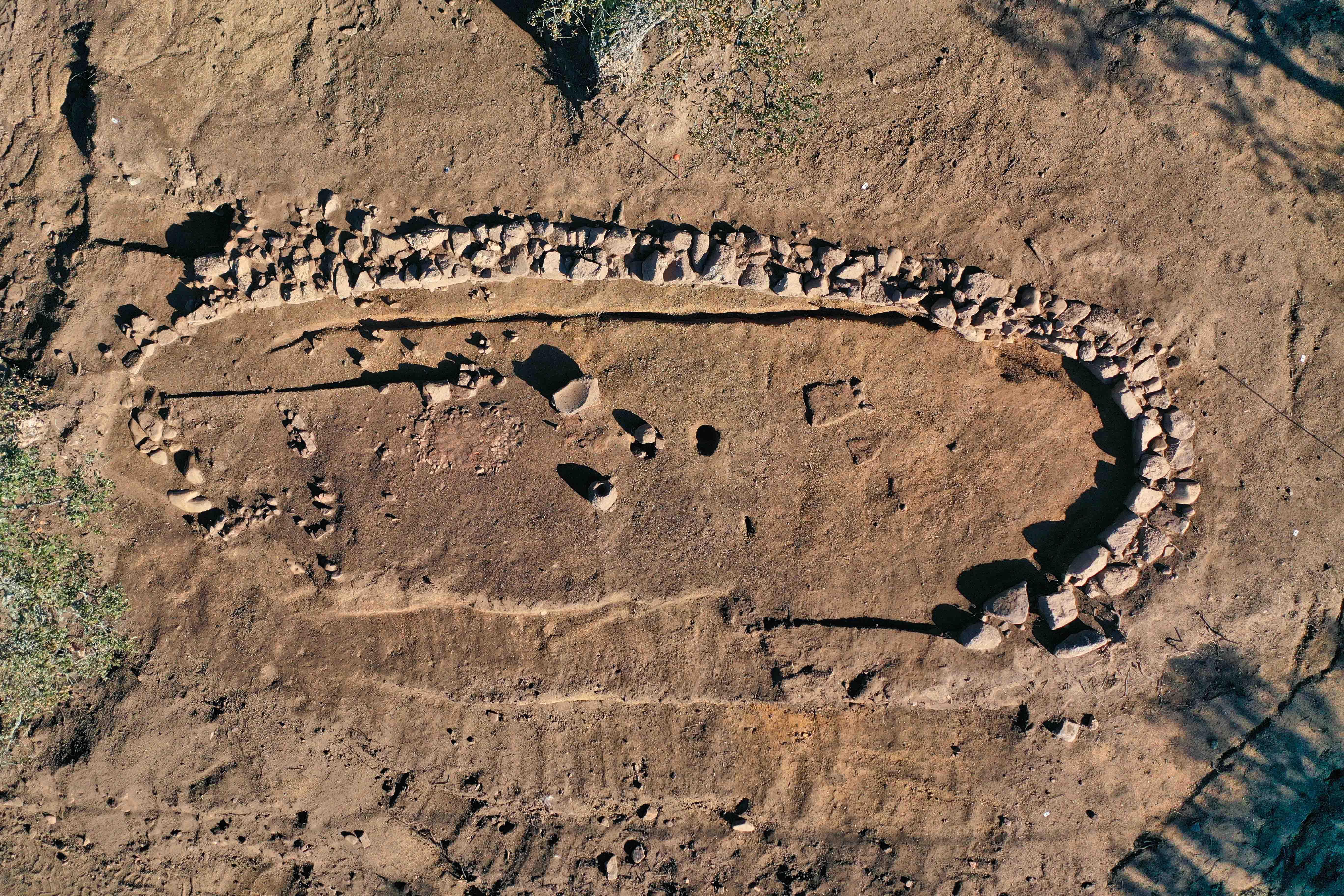 Habitat de l'âge du Bronze mis au jour et étudié par les archéologues de l'Inrap. Crédits Photo : P. Druelle, Inrap.