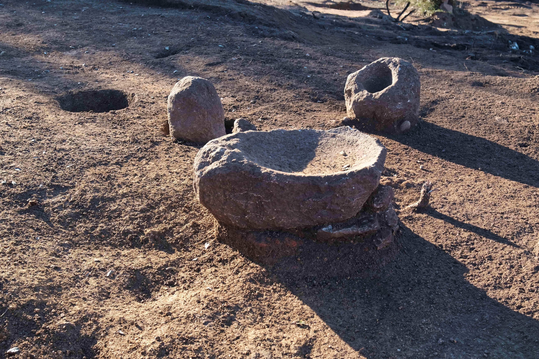 Equipement culinaire (meule et mortier) révélé au sein d'un habitat au cours de la fouille archéologique. Crédits Photo : P. Druelle, Inrap.