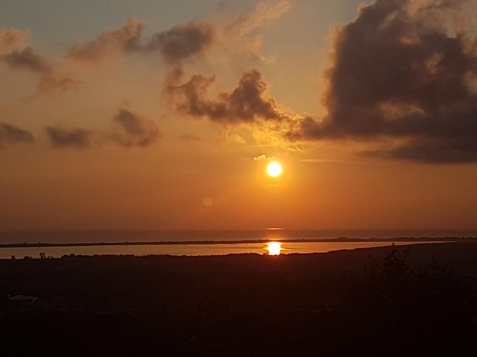 Lever de soleil aux couleurs de l'automne, sur l'étang de Biguglia... (Marie Lachenevrerie)