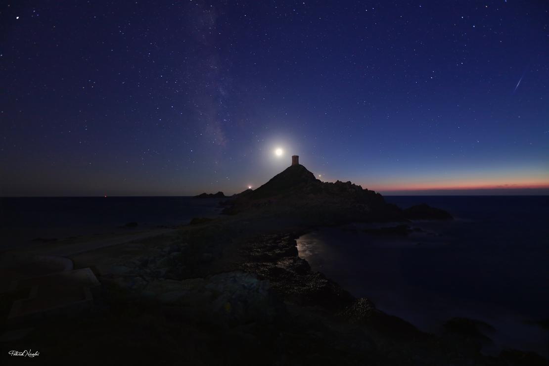 La photo du jour : la lune se couche avec la Voie lactée sur les Sanguinaires