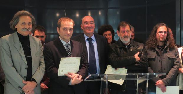 Les quatre lauréats, Sampiero Sanguinetti, Michel-Edouard Nigaglioni, Ghjuvan Petru Ristori et Stefanu Cesari entourent Joseph Castelli, Président du Conseil général de Haute Corse.