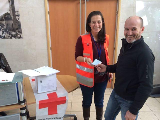 Le président du Vélo Club Fium'orbu remet un chèque de 2000 euros à Virginie Poli secrétaire départementale de la Croix Rouge. (Photo SG)