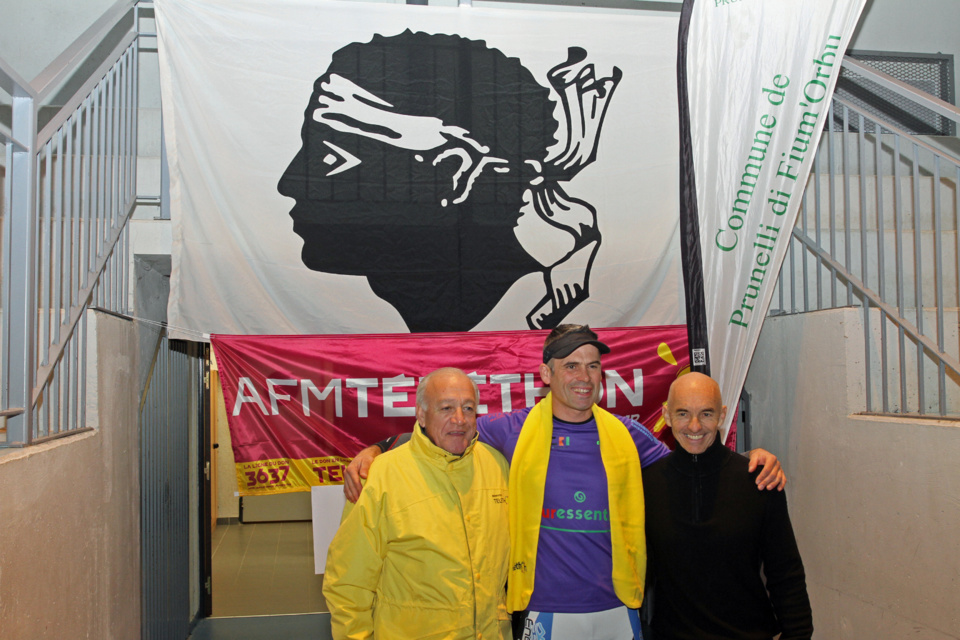 Entouré d'Antoine Coque coordonnateur départemental du Téléthon et d'Antoine Albertini  son coach, Christophe Santini va tenter de battre ce record mondial. (Photo SG)