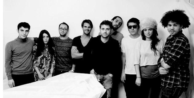 Jean-Patrick Desjobert (5è en partant de la gauche) entouré de son équipe de tournage. (Photo : DR)