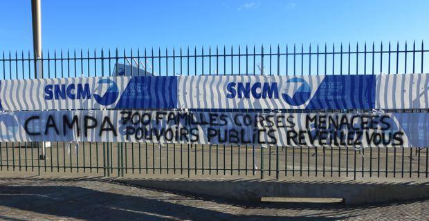 Banderole posée sur les grilles du port de Bastia.