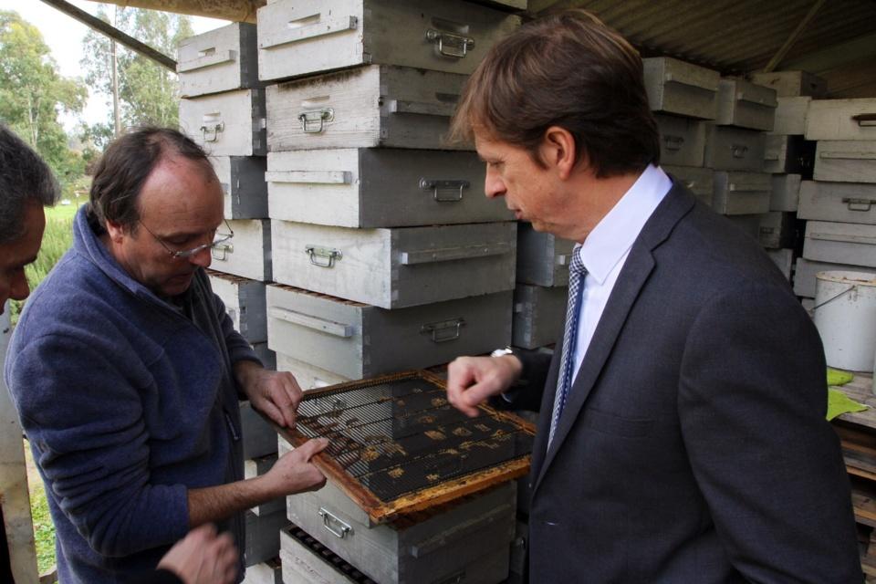 Bruno Le Bon, Directeur des produits frais de l'enseigne Carrefour a visité avec grand intérêt la miellerie. (Photo SG).