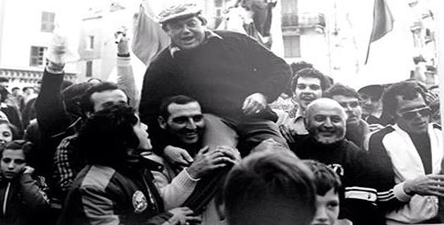Michel Bouchon porté en triomphe par les supporters cortenais. (Photo Dr)