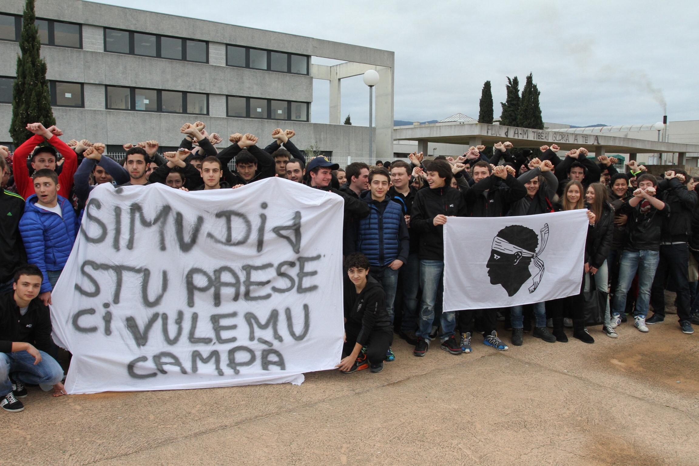 Les lycéens de la plaine ont manifesté ce matin devant les grilles de leur établissement(SG)