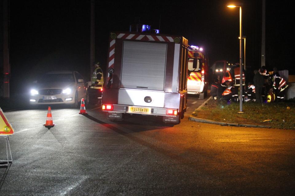 Le véhicule de désincarcération des pompiers ainsi que le SAMU se sont repidement rendus sur les lieux. (Photo Stéphane Gamant).