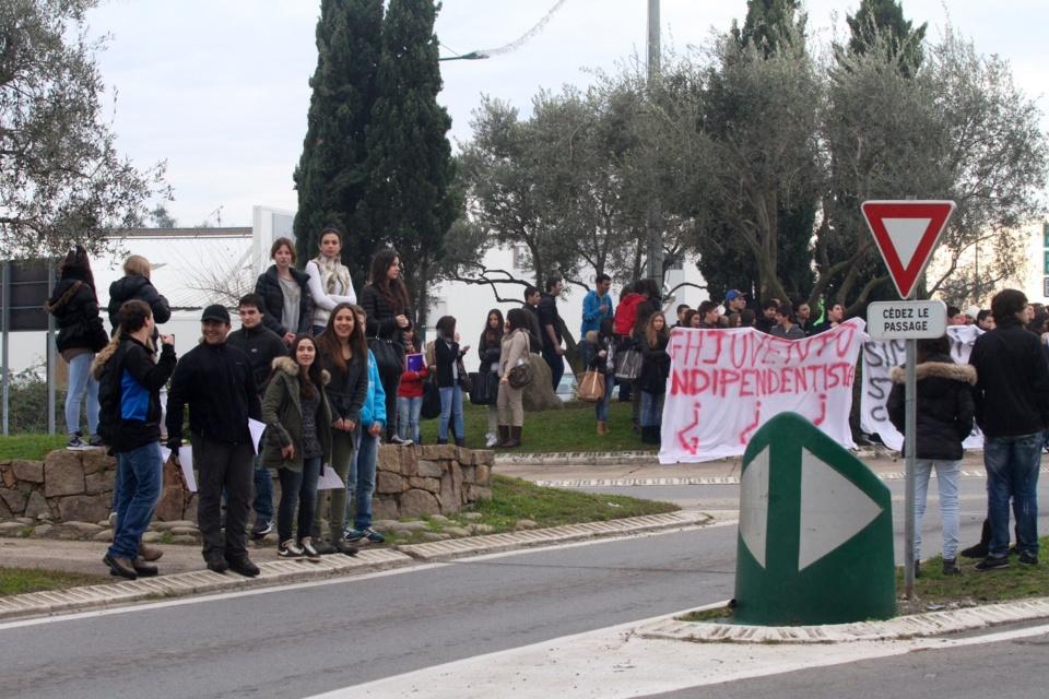 Après avoir tracté sur le rond point de Migliacciaru, les lycéens se sont dirigés par la nationale vers Ghisonaccia. (Photo Stéphane Gamant) .