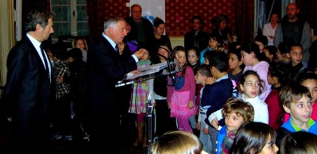 Les jeunes élèves accompagnés de leur famille étaient rassemblés jeudi dans les salons Napoléoniens autour du maire d'Ajaccio et des principaux partenaires du dispositif. (Photo : Yannis-Christophe Garcia)