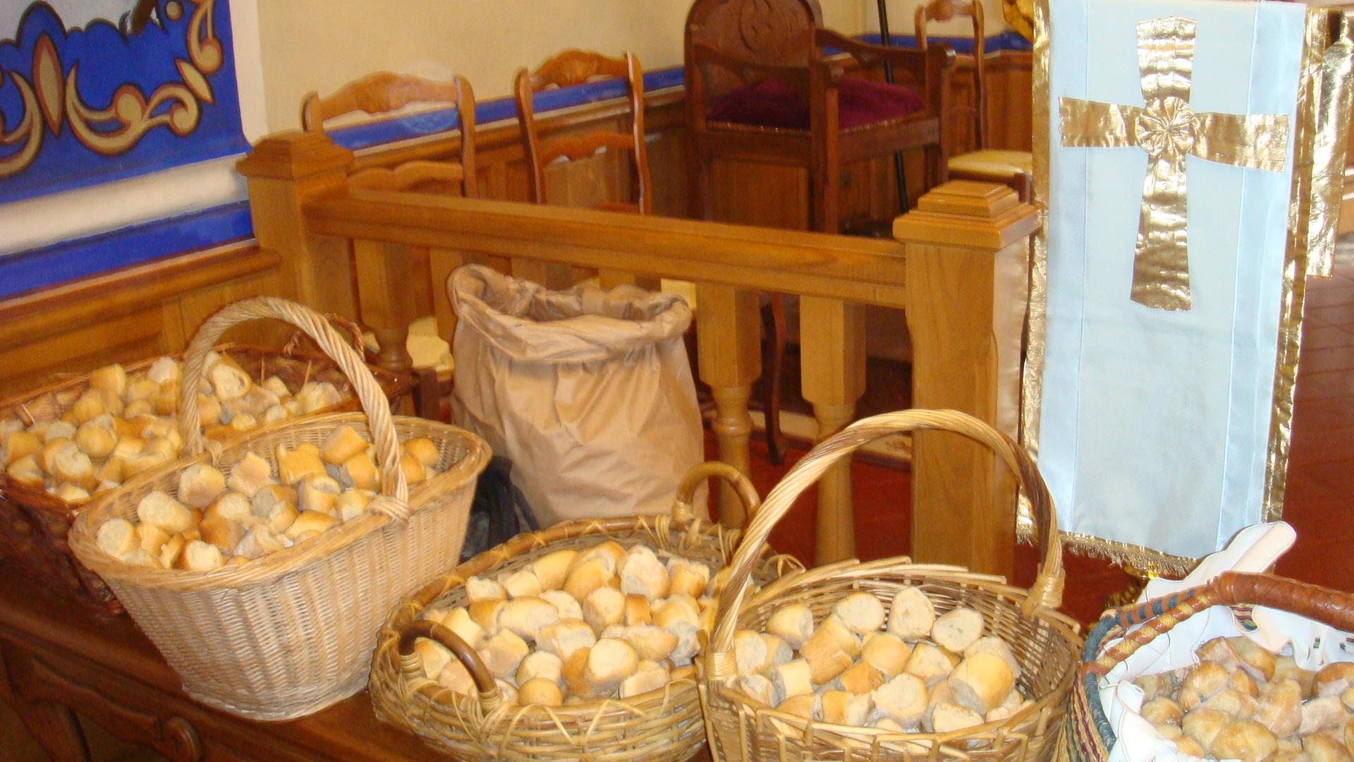 Incarnant le sens du partage prôné par Saint Antoine, les petits pains bénis ont été distribués aux fidèles. (Photo SG).