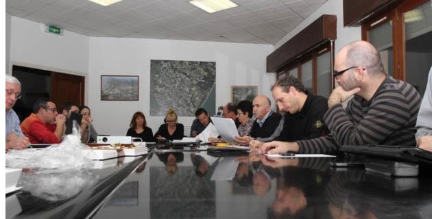 A droite, au premier plan, Pascal Arrighi secrétaire de séance, ne se représentera pas sur la liste de Francis Giudici en mars prochain. (Photo Stéphane Gamant)