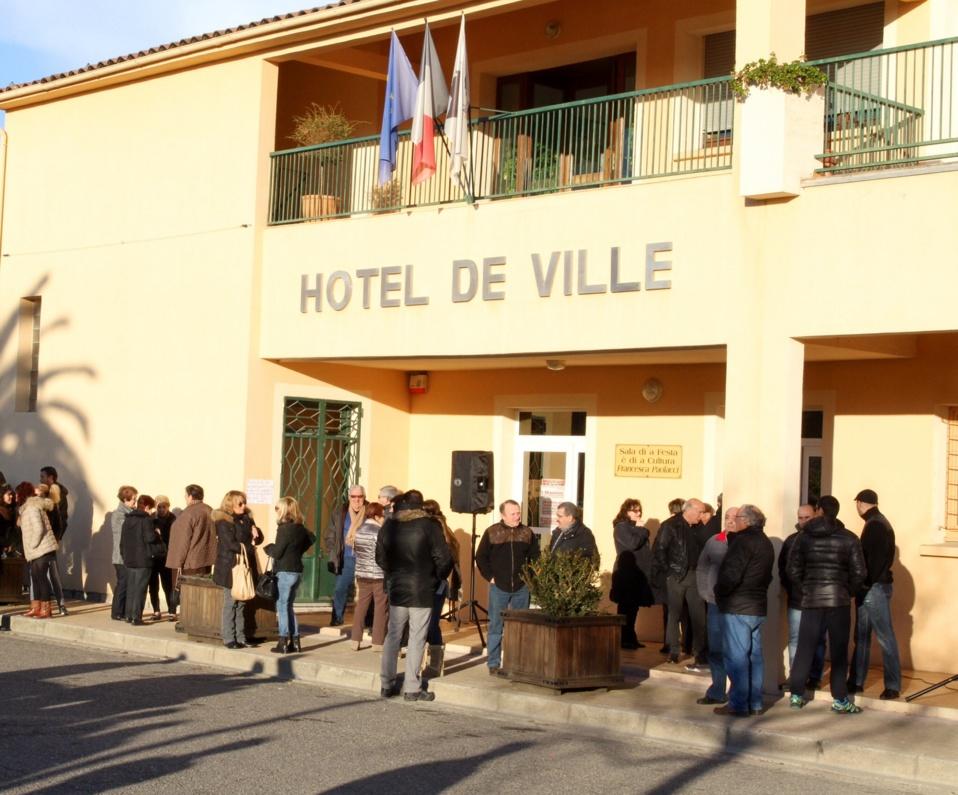 Les personnes présentes s'étaient rassemblées devant l'hôtel de ville pour réclamer l'unité du canton de Ghisoni. (Photo Stéphane Gamant).