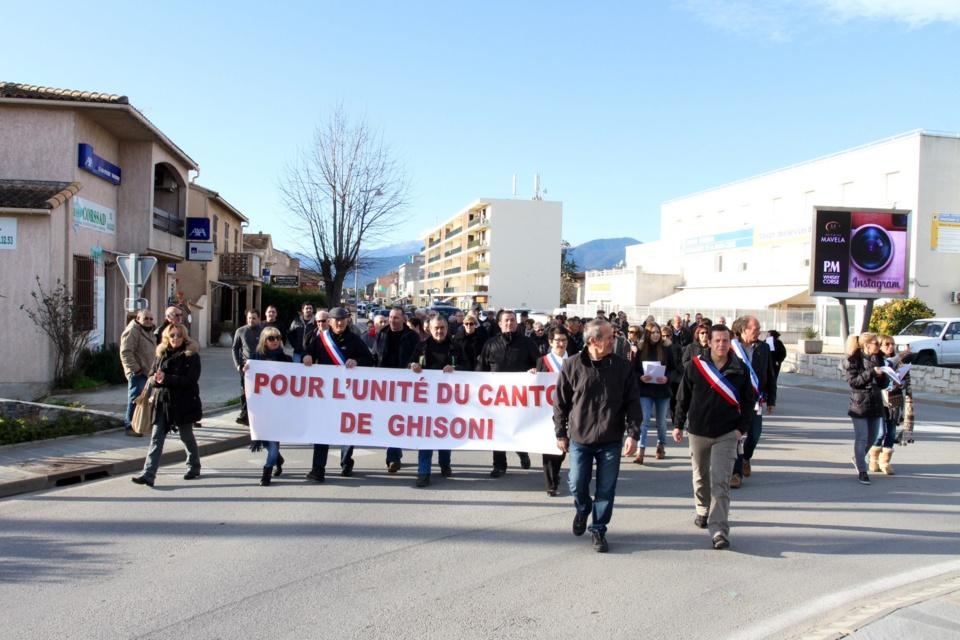 Les manifestants se sont déplacés vers le rond point du Leclerc où ils ont effectué une distributiond de tracts. (Photo Stéphane Gamant).