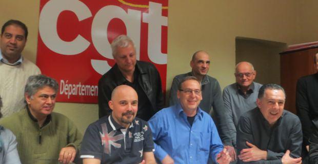 Jean-Pierre Battestini, secrétaire départemental de la CGT, entourés de responsables syndicaux.