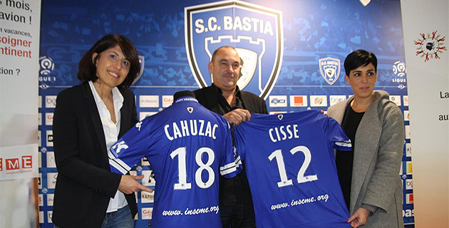 Isabelle Giudicelli, Mathieu Cesari et Lætitia Cucchi présentent le maillot qui sera porté samedi par le Sporting à Marseille
