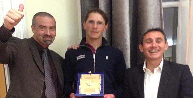 François est entouré par Sauveur Nicolas, Vice Président de la Ligue et Président du CTCA, et par Eric SAEZ Conseiller Technique de Ligue