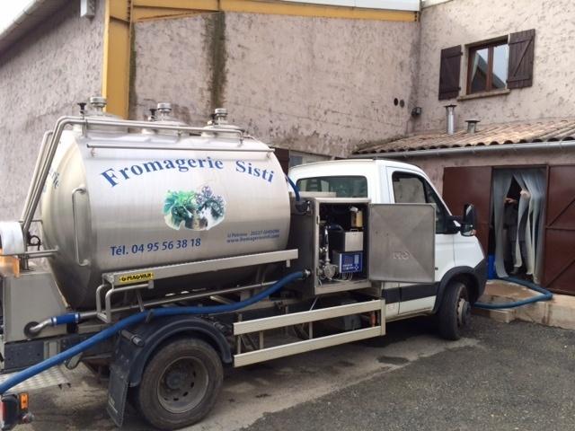 Ce camion parcourt tous les matins les routes insulaires pour récupérer le précieux lait. (Photo SG).
