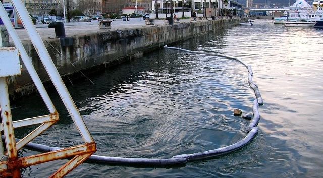 Le bateau, fortement endommagé, a sombré dans le port Tino Rossi. Un barrage anti-pollution a été déployé par les pompiers afin de tenter de contenir les fuites d'hydrocarbures. (Photo : Yannis-Christophe Garcia)