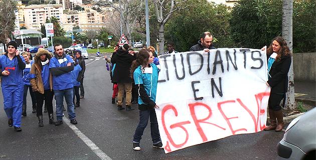 Bastia : Les élèves-infirmiers et aides-soignants dans la rue