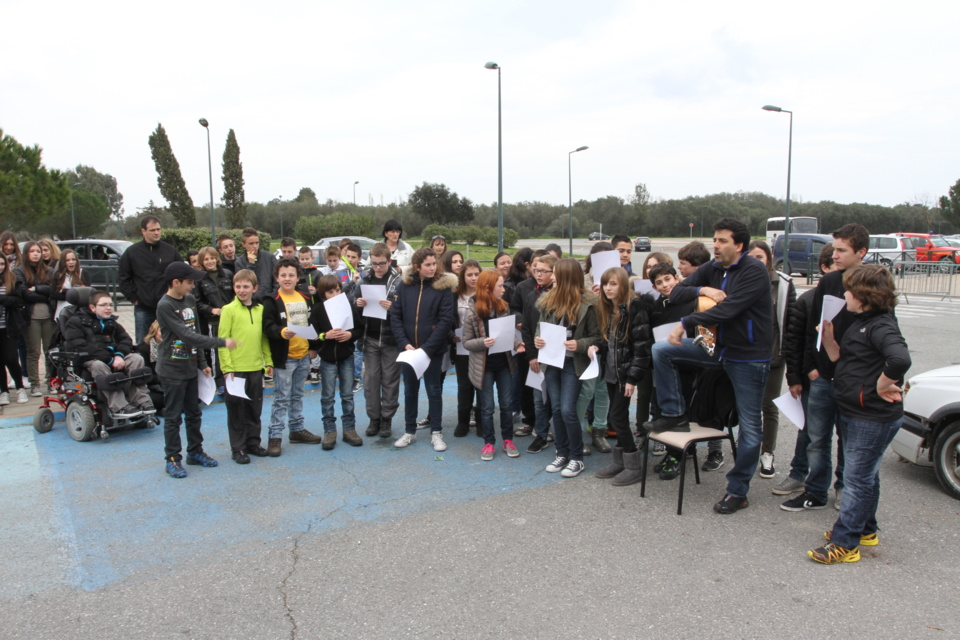 Les élèves ont chanté Anniversariu di Minetta en hommage aux jeunes victimes de la route. (Photo SG).